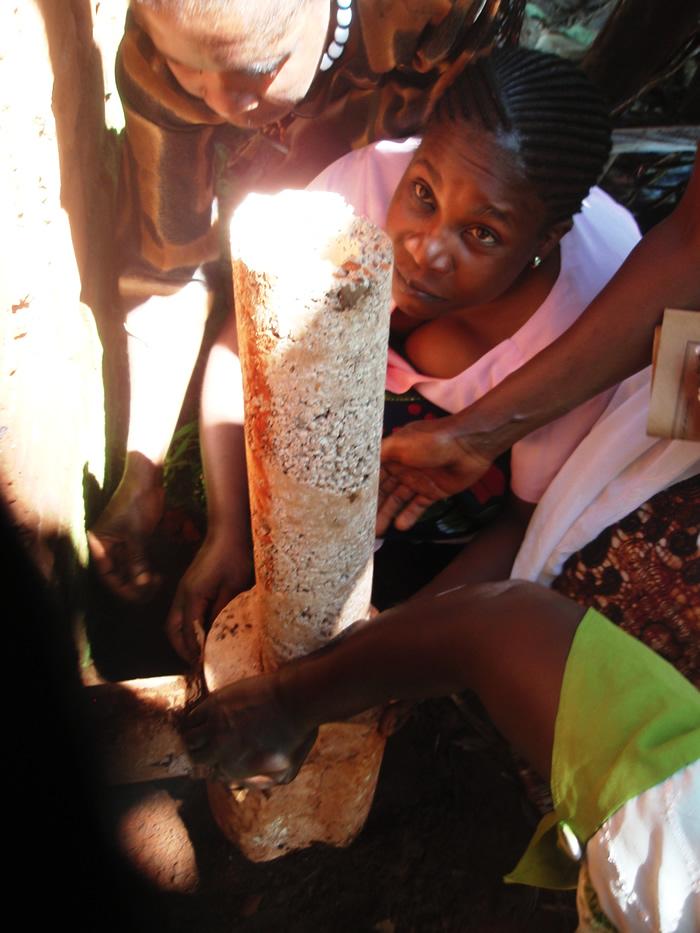 Her ses den stolte ejer efter at vi har installeret komfuret i hendes køkken.